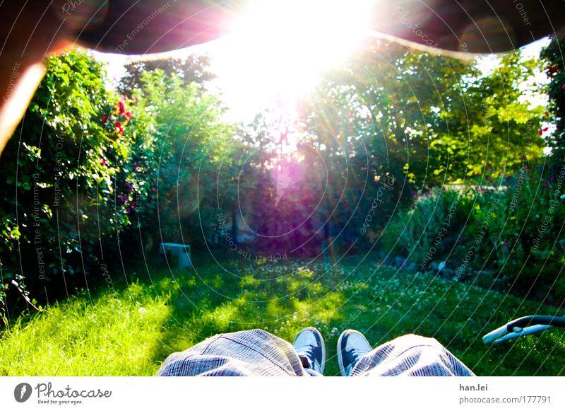 Im Garten Mensch Natur schön grün blau Erholung Wiese Gefühle Gras träumen Fuß Park Freundschaft Schuhe
