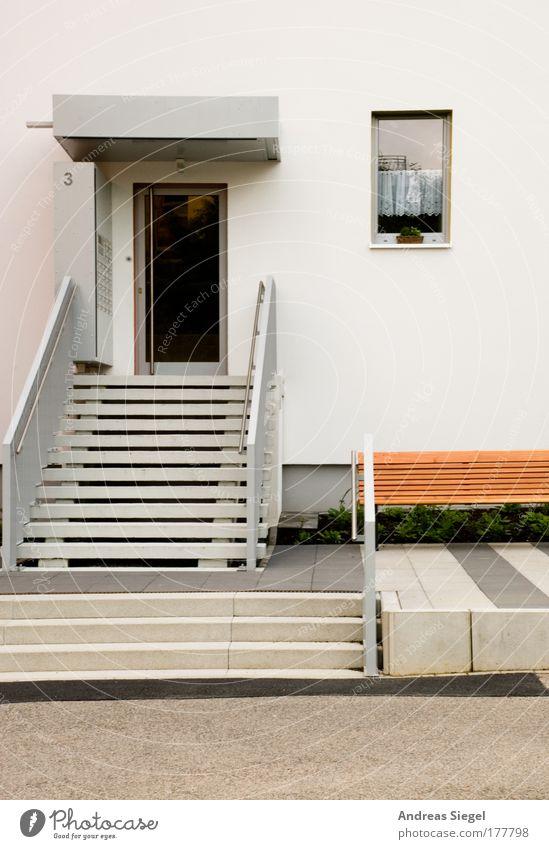 Die Treppe zur Tür weiß Haus Fenster Wand Architektur grau Gebäude Mauer Tür Fassade Treppe modern ästhetisch Häusliches Leben Bank