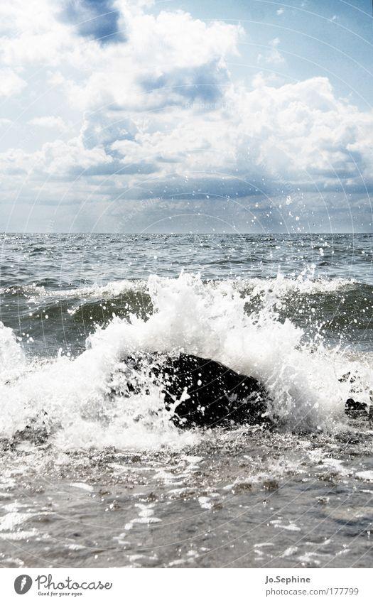 Beständig nur ist eure Unbeständigkeit Meer Brandung Gischt Wellen Wellengang Naturgewalt Urelemente Ostsee Landschaft Wind Schönes Wetter Himmel Wolken Sommer