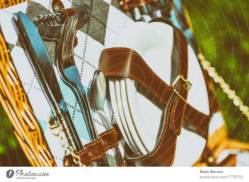 Picknick-Korb mit Besteck geöffnet Teller Messer Gabel Löffel weiß Geschirr Utensil aufgeklappt Gabellöffel Gabel und Löffel Gabel und Messer Messer und Gabeln