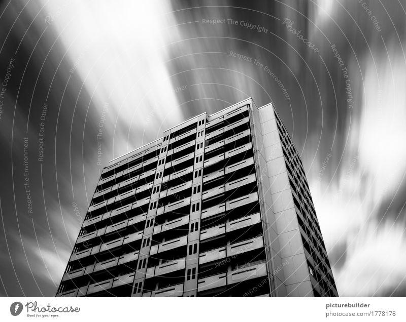 Hochhaus Häusliches Leben Haus Himmel Wolken Wetter Wind Stadt Menschenleer Fassade Beton festhalten fliegen stark schwarz weiß standhaft kalt modern