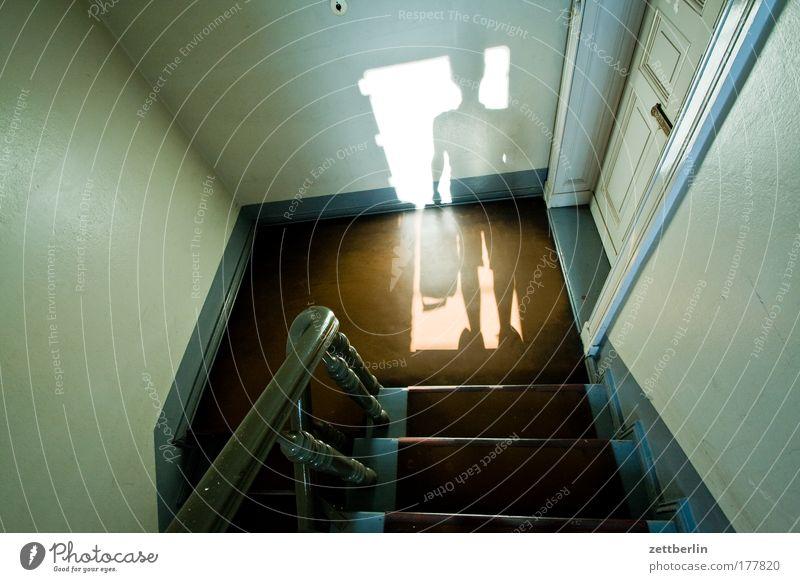 Schatten aufa Treppe Mensch Mann Haus Wohnung Tür Niveau Eingang steigen Geländer Karriere Treppengeländer aufsteigen Treppenhaus