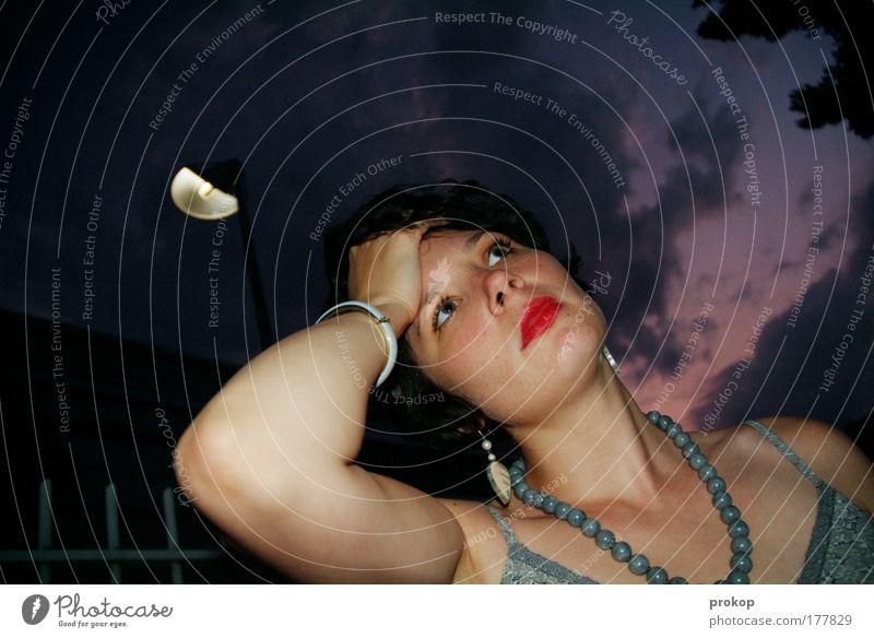 Migräne unterm Halbmond Frau Mensch Himmel Jugendliche Wolken Erwachsene feminin Denken Lampe stehen berühren Laterne Schmerz Zaun Schminke Junge Frau