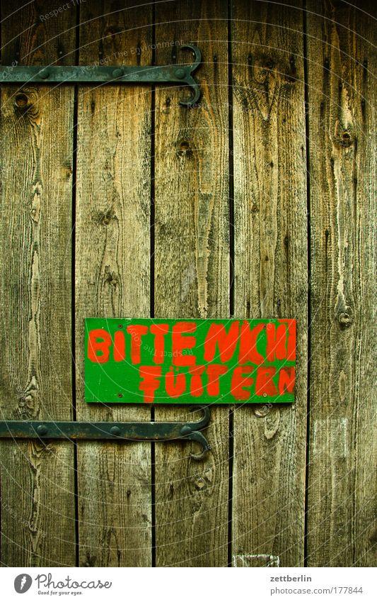 Bitte nicht füttern Ferien & Urlaub & Reisen Tier Tür Schilder & Markierungen Ausflug Barriere Landwirtschaft Information Holz Bauernhof Tor Tafel Ernährung