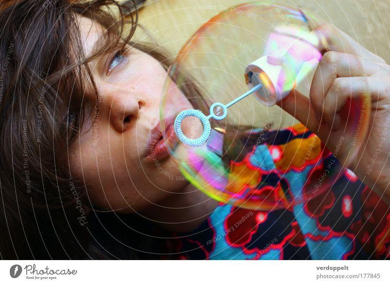 Frau Freude Farbe Auge Glück Stil Bekleidung Beautyfotografie Kleid Lippen Spielzeug Lebensfreude Blase blasen wehen Ornament