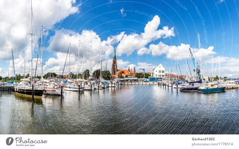 Panorama des Jachthafens und des Doms in Schleswig Segeln Wasser Fjord Ostsee Stadt Hafenstadt Kirche Wahrzeichen Schifffahrt Bootsfahrt Sportboot Segelschiff