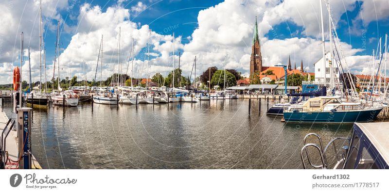 Panorama des Yachthafens von Schleswig mit dem Schleswiger Dom Segeln Fahrrad Natur Wasser Schönes Wetter Küste Ostsee Stadt Hafenstadt Wahrzeichen Schifffahrt