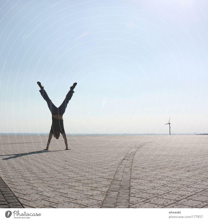 X blau Luft Umwelt Energiewirtschaft Sport Klima sportlich Turnen Sportler Klimawandel Handstand Turner Erneuerbare Energie