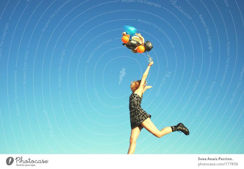 Loft oder Liebe Mensch Jugendliche blau Frau Erwachsene Schuhe feminin Spielen Gefühle lachen springen lustig Stimmung blond elegant fliegen