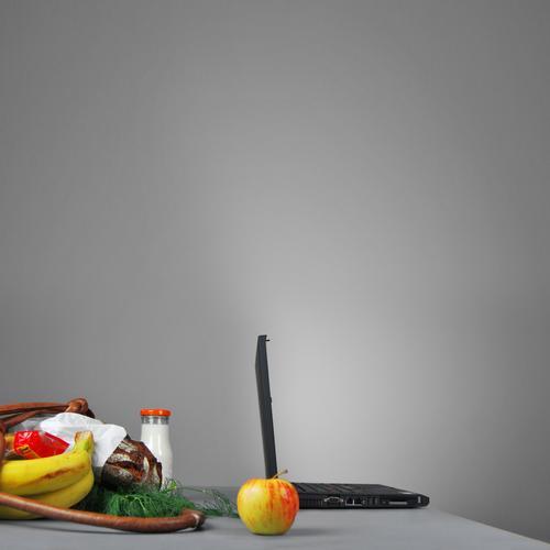 apple Farbfoto mehrfarbig Innenaufnahme Studioaufnahme Detailaufnahme Menschenleer Textfreiraum oben Hintergrund neutral Kunstlicht Licht Schatten Kontrast