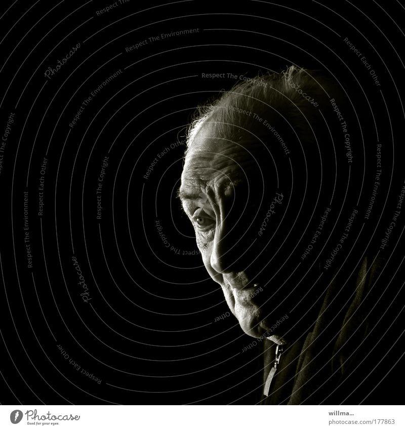 Porträt eines Senioren, viel Textfreiraum Mensch Männlicher Senior Gesicht Seniorenpflege Ruhestand Großvater Kopf Einsamkeit Gelassenheit Glaube & Religion