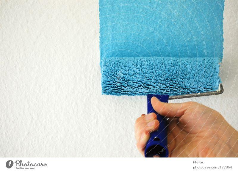 blau, blau, blau ... Hand weiß Farbe Wand Arbeit & Erwerbstätigkeit hell Raum Wohnung Mensch Baustelle Beruf Häusliches Leben streichen Tapete festhalten