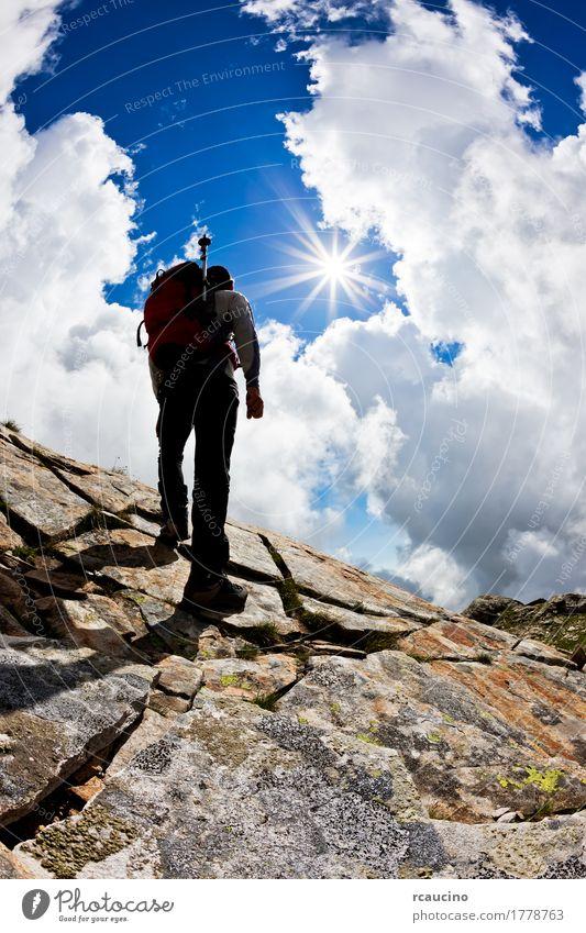 Mann, der oben einen Felsenhügel gegen einen drastischen bewölkten Himmel wandert Natur Ferien & Urlaub & Reisen blau Sommer weiß Sonne Landschaft Einsamkeit