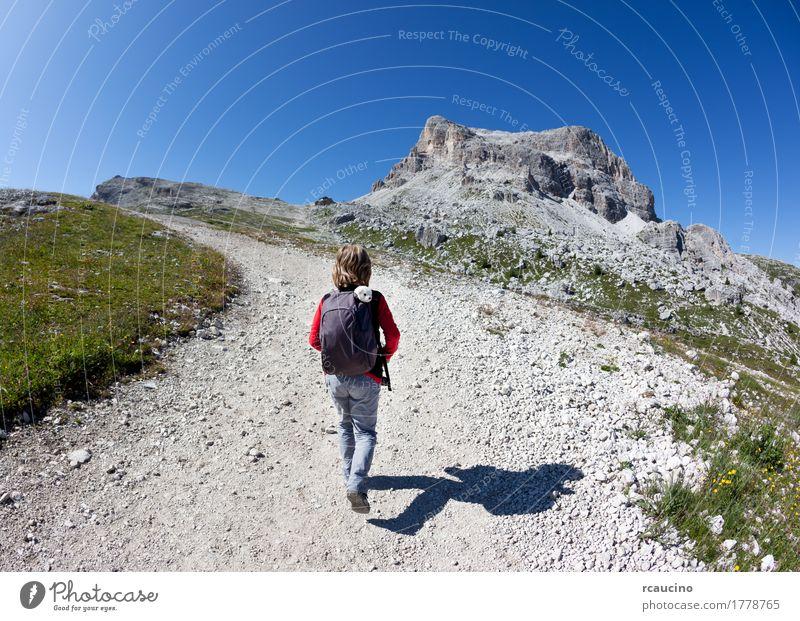 Kind Himmel Natur Ferien & Urlaub & Reisen Mann blau Sommer Landschaft Einsamkeit Freude Berge u. Gebirge Erwachsene Wege & Pfade Sport Junge grau