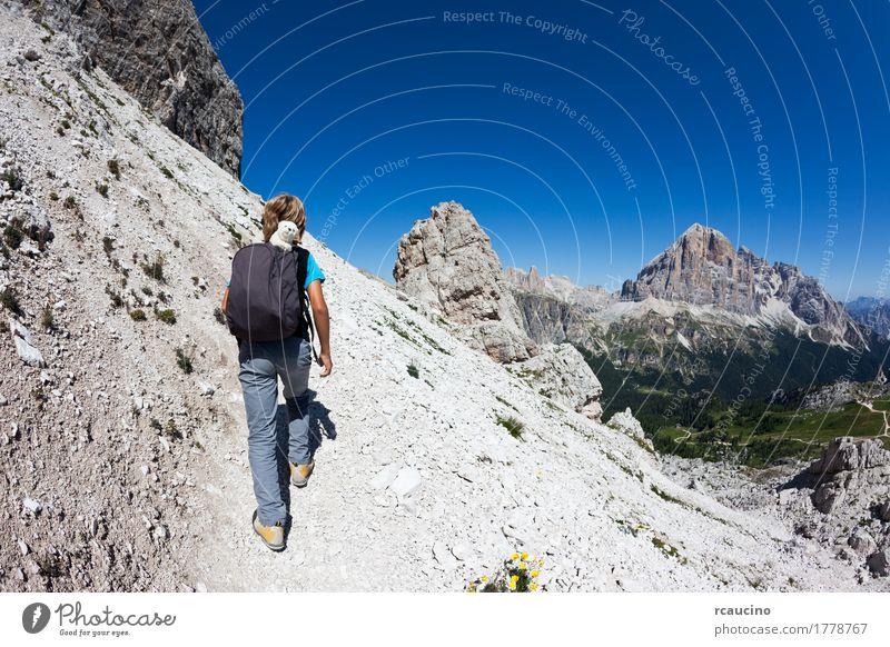 Junger Wanderer, der auf einen Gebirgspfad geht. Dolomities, Italien Kind Himmel Natur Ferien & Urlaub & Reisen Mann blau Sommer Landschaft Einsamkeit Freude