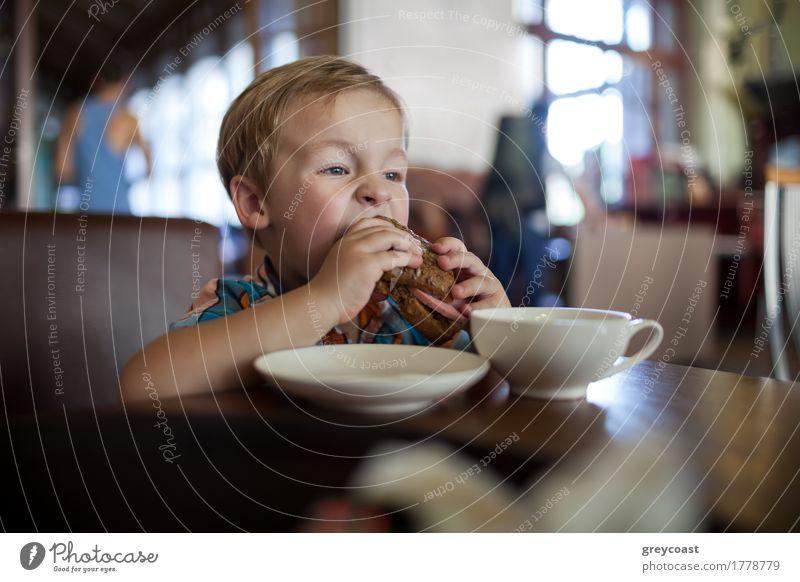 Kleiner Junge in einem Café essen große leckere Sandwich. Hungrig Kind Wurstwaren Brot Frühstück Mittagessen Abendessen Tee 1 Mensch 1-3 Jahre Kleinkind blond