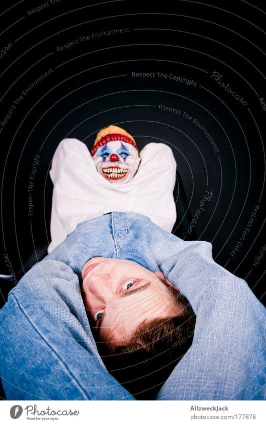Arschgeburt Mensch Jugendliche dunkel Kopf Freundschaft Erwachsene maskulin Jeanshose Gesäß gruselig Clown Umarmen Beruf Zärtlichkeiten Junger Mann