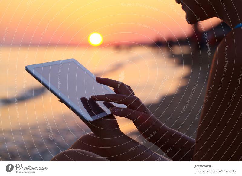 Close-up shot ofwoman arbeiten mit Tablet-Computer auf Sonnenuntergang und Meer Hintergrund Ferien & Urlaub & Reisen Sommer Strand Mensch Mädchen Junge Frau