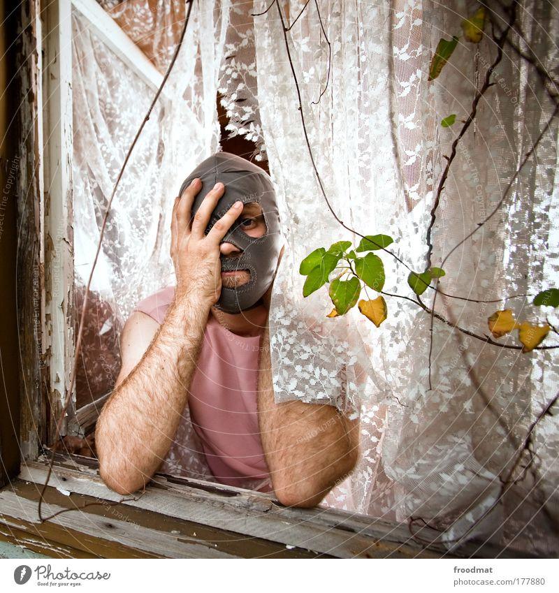 alltag Mensch Mann Erwachsene Fenster Armut maskulin verrückt außergewöhnlich Lifestyle Vergänglichkeit Sehnsucht verfallen Kreativität Müdigkeit skurril