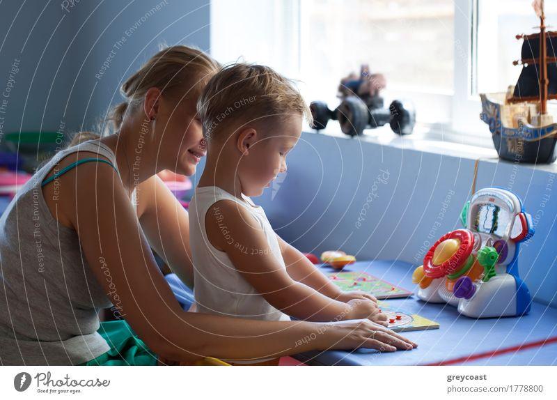 Mutter beobachtet kleinen Sohn spielen Lernspiel in seinem Zimmer Freude Spielen Kindererziehung Junge Junge Frau Jugendliche Erwachsene
