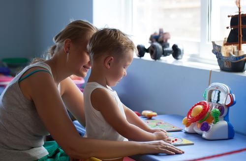 Mutter, die Spiel mit Sohn spielend spielt Freude Spielen Kindererziehung Junge Junge Frau Jugendliche Erwachsene Familie & Verwandtschaft Kindheit 2 Mensch