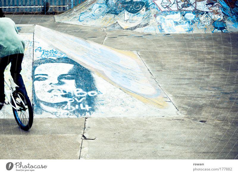 skaterpark Farbfoto Gedeckte Farben Außenaufnahme Textfreiraum rechts Textfreiraum Mitte Tag Mensch maskulin Junger Mann Jugendliche Fahrradfahren blau
