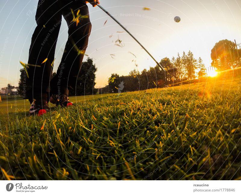 Golf: Kurzes Spiel mit einem Wedge Iron Club. Lifestyle Freude Erholung Freizeit & Hobby Spielen Ferien & Urlaub & Reisen Sonne Disco Sport Erfolg Mensch Mann