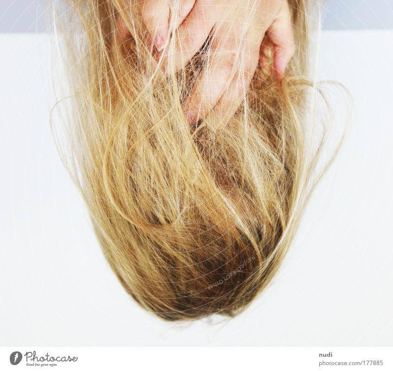 mittelpunkt Mensch Jugendliche Hand weiß Erwachsene feminin grau Haare & Frisuren Denken blond Haut warten wild Behaarung Finger fallen