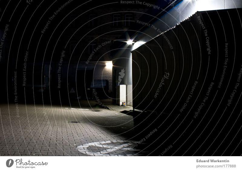 nachtleer 01 Menschenleer Architektur Tankstelle Mauer Wand kalt dunkel Hinterhof Parkplatz Kunstlicht Farbfoto Außenaufnahme Textfreiraum links