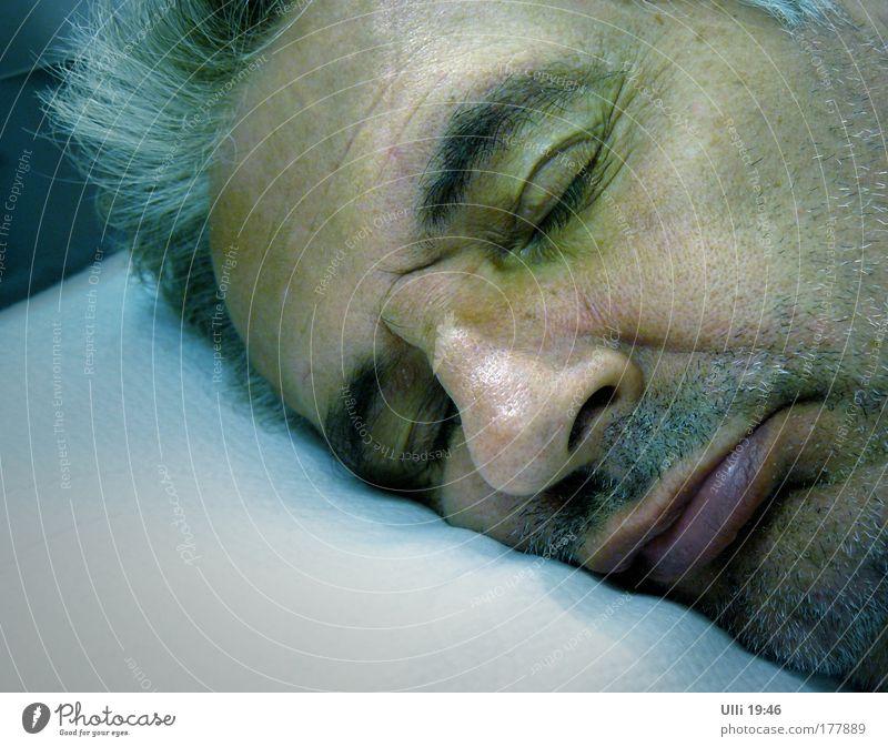 Auch ein Kopfkissentester muss mal schlafen! Farbfoto Gedeckte Farben Innenaufnahme Textfreiraum unten Abend Nacht Halbprofil geschlossene Augen maskulin