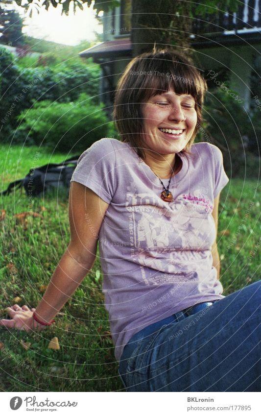 Freundschaft Mensch Jugendliche schön weiß grün blau Freude Leben Erholung feminin Garten Glück lachen Stimmung braun