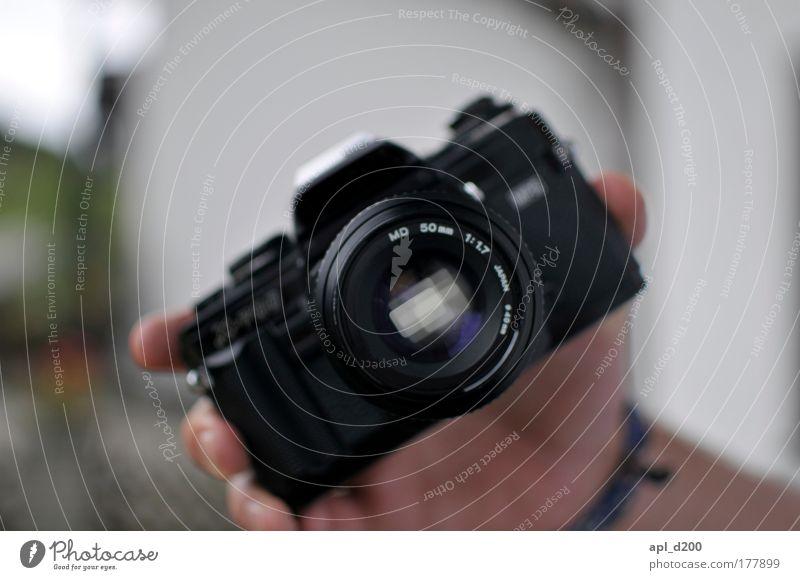 X-700 Farbfoto Außenaufnahme Nahaufnahme Tag Schatten Schwache Tiefenschärfe Fotokamera Technik & Technologie Mensch maskulin Arme Hand 1 authentisch