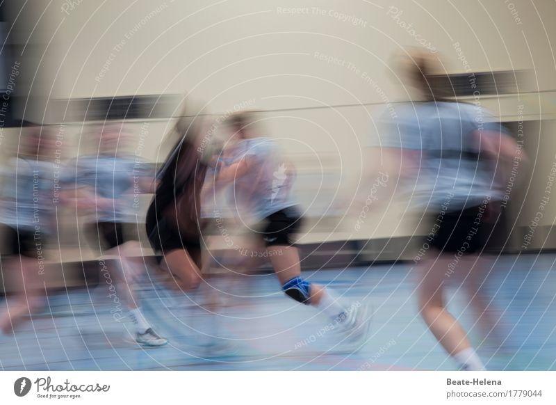 Ganz vorne mit dabei Freizeit & Hobby Handball Sport Sportler Sportmannschaft Sportveranstaltung Frau Erwachsene Schutzbekleidung kämpfen Aggression elegant