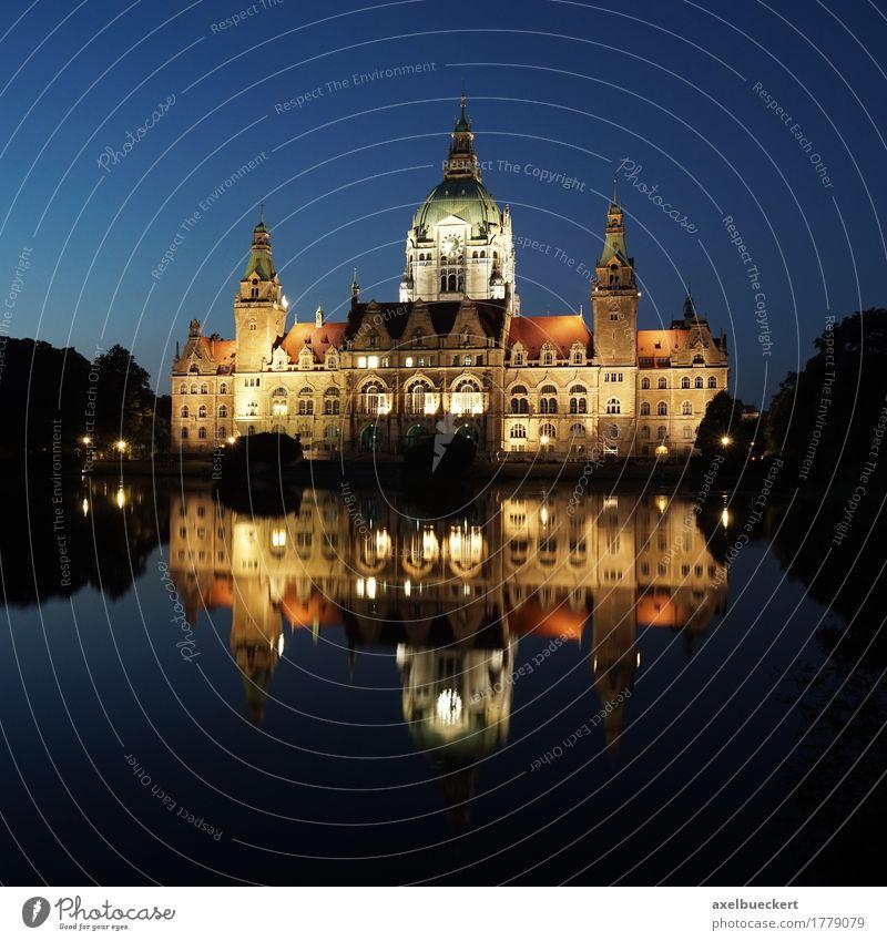 Neues Rathaus in Hannover bei Nacht blau Wasser Reisefotografie Architektur Beleuchtung Gebäude Deutschland Bauwerk Sehenswürdigkeit Wahrzeichen Hauptstadt