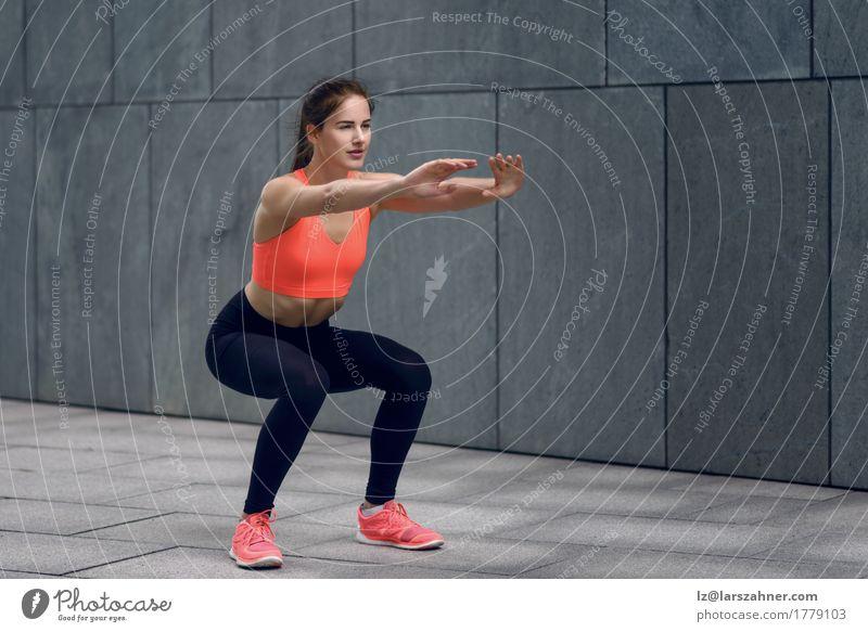 Fit junge Frau macht Kniebeugen Mensch Jugendliche 18-30 Jahre Gesicht Erwachsene Sport Lifestyle feminin Glück Textfreiraum Körper Lächeln Fitness niedlich