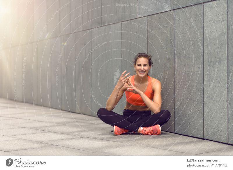 Nette Frau in den Strumpfhosen, die mit ihren Fingern zählen Glück schön feminin Erwachsene 1 Mensch 18-30 Jahre Jugendliche brünett Fitness Lächeln lachen