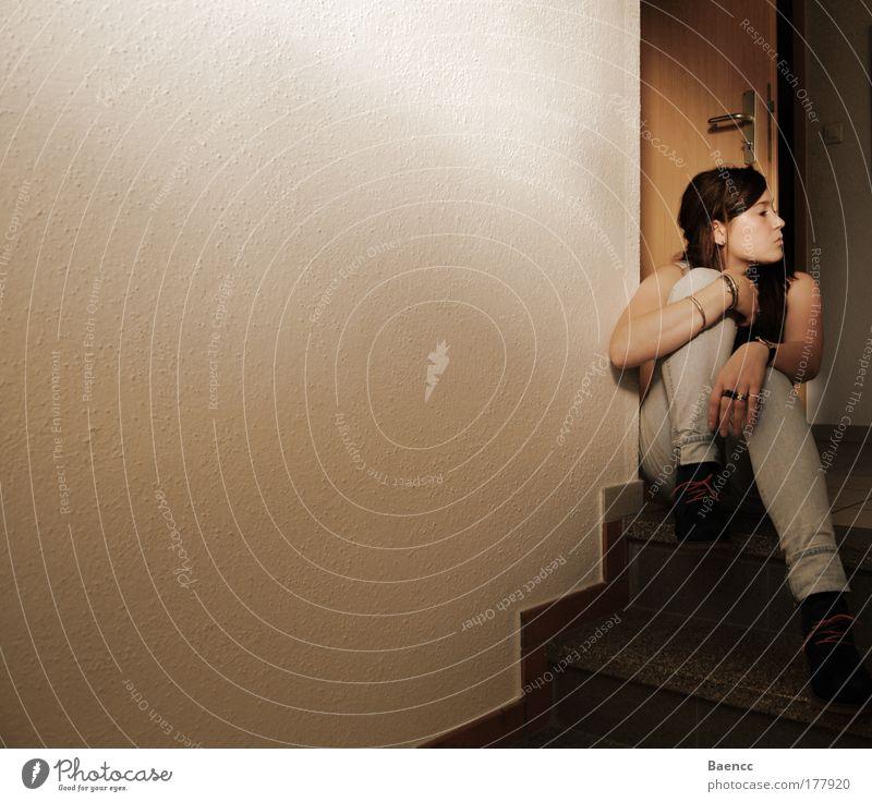 Ruhe Frau Mensch Jugendliche ruhig Erwachsene feminin Zufriedenheit Schuhe Jeanshose Schutz 18-30 Jahre Gelassenheit Schmuck brünett Ring Geborgenheit