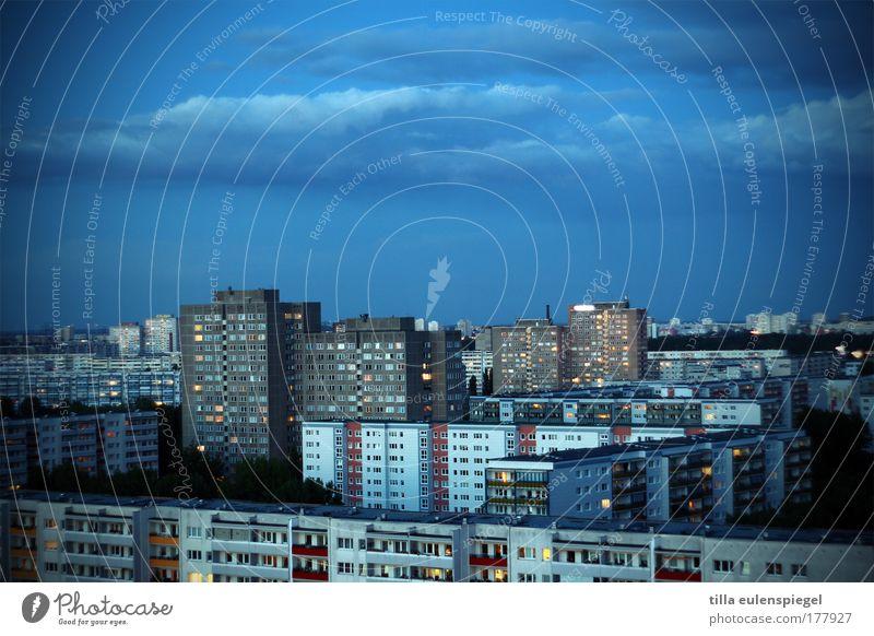 Wohngemeinschaft blau Stadt Leben Berlin Stein Gebäude Deutschland Wohnung Horizont modern Häusliches Leben Unendlichkeit Klischee Hauptstadt Symmetrie Plattenbau