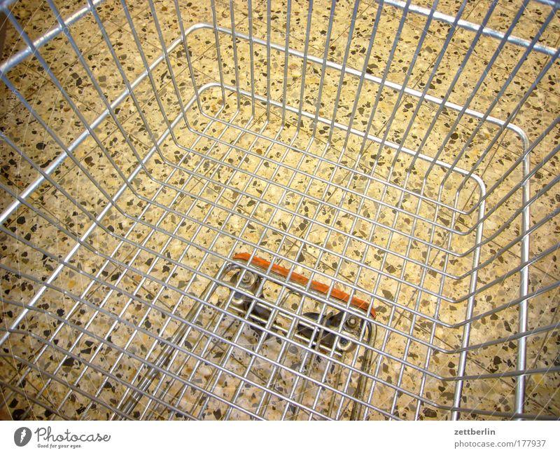 Warenkorb Metall Armut leer Güterverkehr & Logistik Metallwaren Ladengeschäft Gitter Textfreiraum Supermarkt Einkaufswagen Konsum verteilen Markt Einkaufskorb