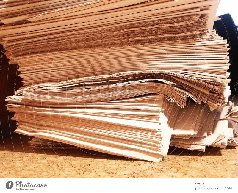 Zeitungen lesen Zeitung Medien Zeitschrift Stapel aktuell Altpapier