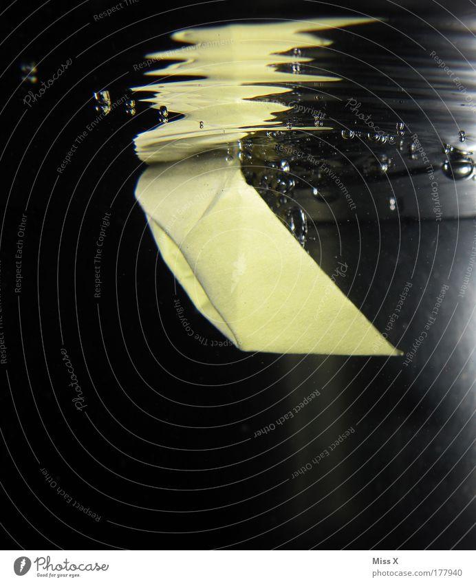 U-Boot Wasserfahrzeug Freude Spielen lustig nass Wassertropfen Papier Unterwasseraufnahme tauchen Spielzeug Schifffahrt Todesangst Luftblase untergehen Basteln