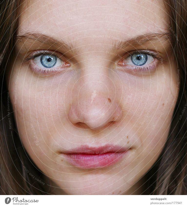 kalte, durchdringende Kälte Porträt Frau 1 Mensch Gesicht Auge Nase Lippen Aussehen Blick blau intensiv Gefühle Farbe Leberfleck Tag