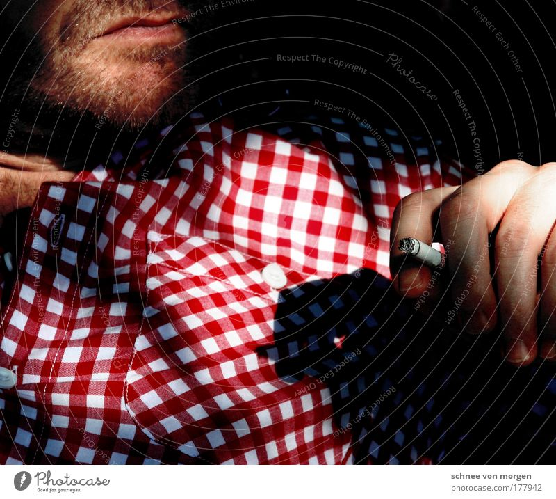 tom&annika hemd Mensch Hand weiß rot ruhig dunkel Kopf Zufriedenheit sitzen maskulin Finger authentisch außergewöhnlich Rauchen Lippen Brust