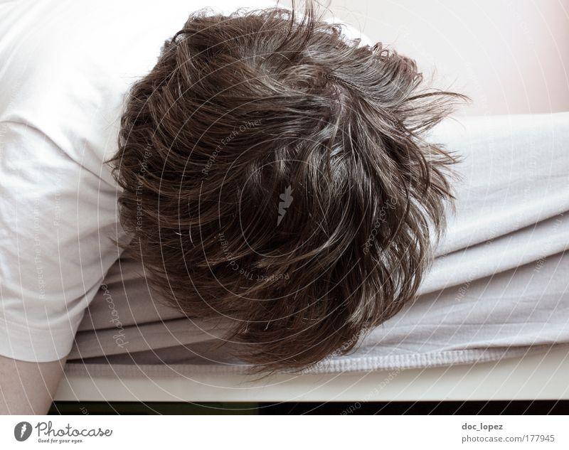 Ich geb auf Mensch Mann weiß Erwachsene Gefühle Kopf Traurigkeit träumen Raum maskulin schlafen kaputt Bett T-Shirt Trauer hängen