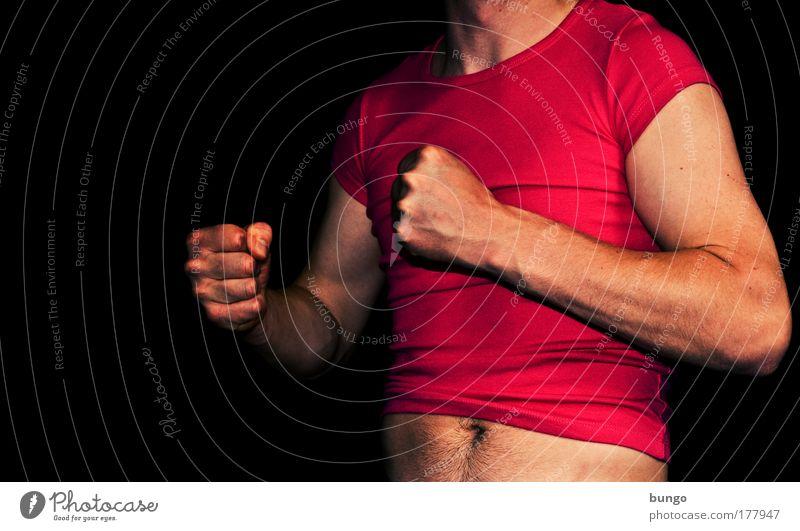 ducenta defixa Farbfoto Studioaufnahme Textfreiraum links Kunstlicht Oberkörper Mann Erwachsene Brust Arme Finger Bauch T-Shirt Aggression muskulös rosa rot