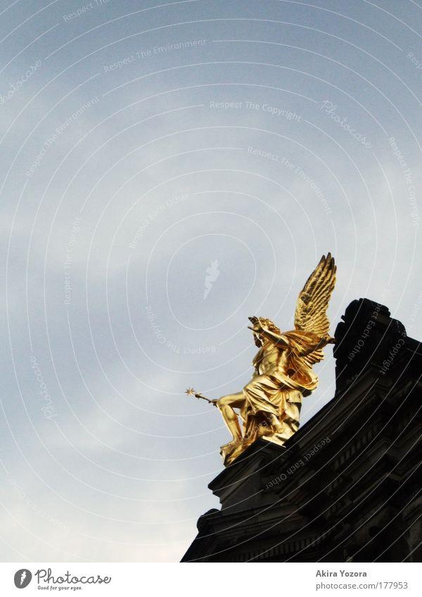 Führer alt Himmel weiß blau schwarz Wolken grau Architektur glänzend gold ästhetisch Engel Dresden leuchten Statue