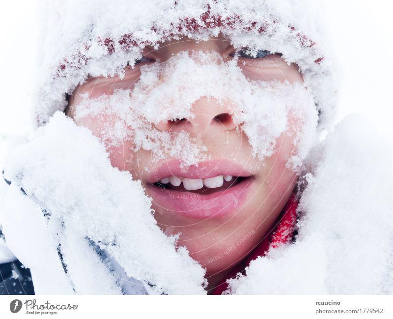 Portrait eines Kindes bedeckt mit Schnee Lifestyle Freude Winter Berge u. Gebirge Junge Mann Erwachsene Lächeln weiß Einsamkeit Baskenmütze Verschlussdeckel