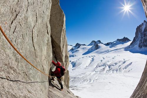 Klettern in Mont Blanc, Alpen, Frankreich. Himmel Natur Ferien & Urlaub & Reisen Mann Landschaft rot Einsamkeit Winter Berge u. Gebirge Erwachsene Sport Schnee