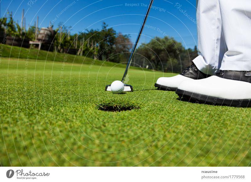 Golfspieler auf dem Übungsgrün, bereitend sich zu setzen Freude Erholung Spielen Sommer Sport Golfplatz Mann Erwachsene Fuß Hose Schuhe stehen weiß Einsamkeit