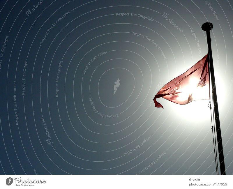 Red Flag #2 Farbfoto Außenaufnahme Menschenleer Textfreiraum links Textfreiraum oben Textfreiraum unten Textfreiraum Mitte Tag Licht Silhouette Sonnenlicht